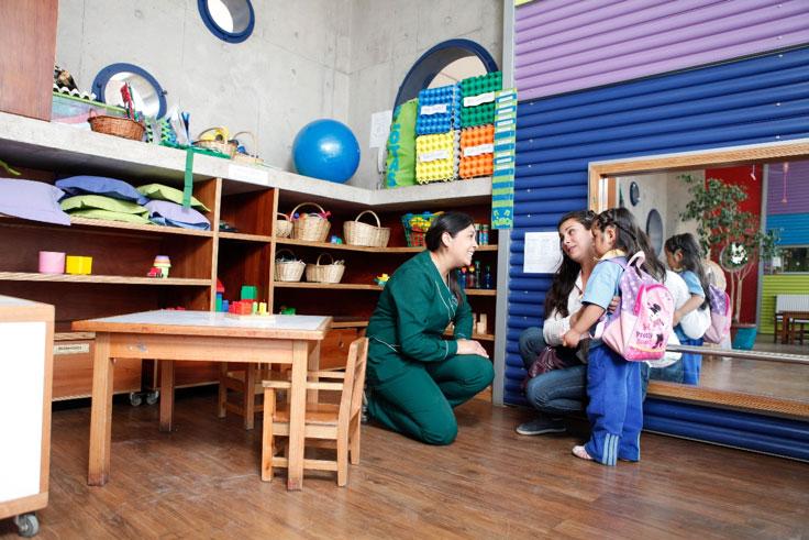 Adulta con niño en una espacio acogedor.