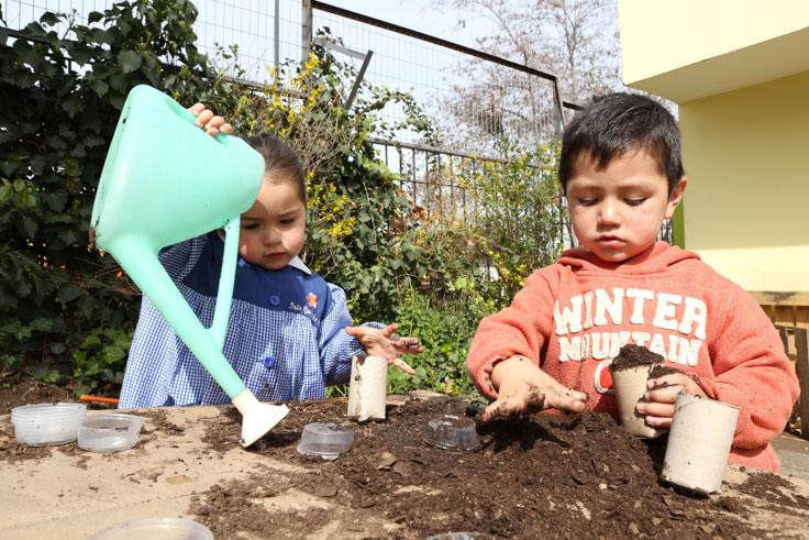 Foto niños y niñas jugando con arena tierra agua