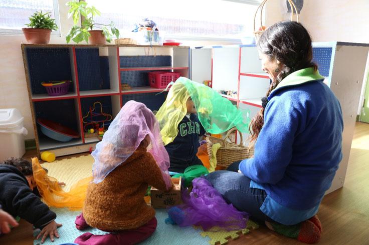 Foto de niños y niñas jugando
