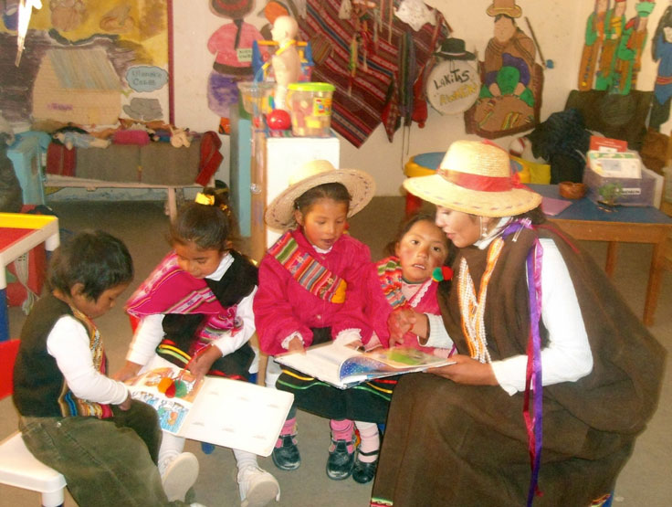 Foto de familias participando en desayunos literarios